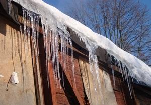 В Житомире на троллейбусной остановке глыба льда упала на девушку