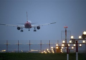 Пилот самолета случайно запер себя в кабинке туалета