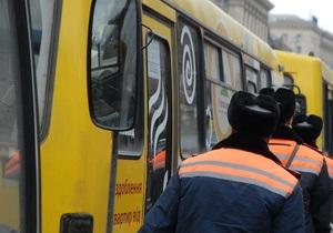 В Киеве из маршрутки выпали два человека