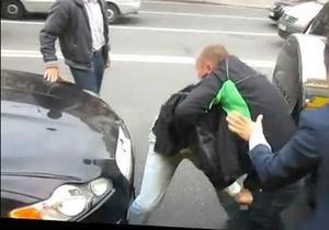 В Киеве водителя маршрутки избили посреди дороги