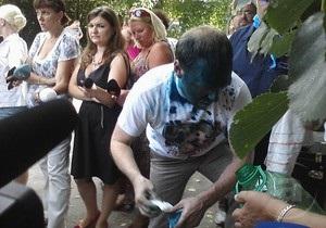Попытка номер два: в лицо Власенко бросили бутылку с зеленкой