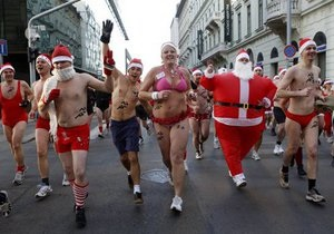 В Будапеште прошел пробег Санта Клаусов в купальных костюмах