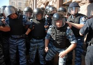 Беркут - милиция - Именное ошеломление. Оппозиционер предлагает писать имена бойцов Беркута у них на касках