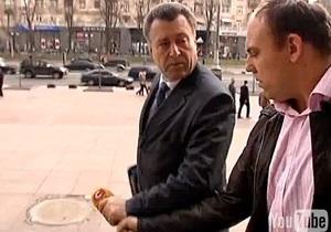 Чиновник КГГА выбросил в урну микрофон журналиста СТБ