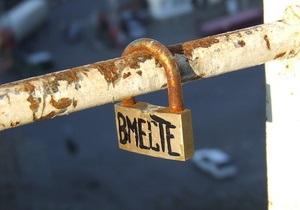 С Моста влюбленных в Киеве срезают замки