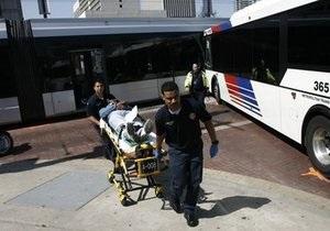 В центре Хьюстона автобус врезался в поезд