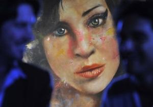 На аукцион выставили портрет Эми Уайнхаус, написанный ее кровью