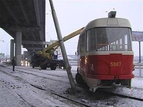 В Киеве трамвай с пассажирами сошел с рельсов