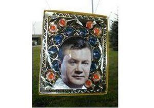 В Луганске сделали икону Януковича на конфетной коробке
