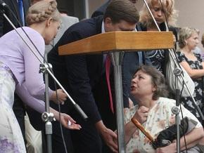 В Боярке женщина на коленях просила у Тимошенко денег