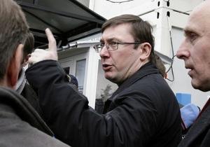Луценко - Янукович помиловал Луценко - Луценко не исключает, что против него готовят новые уголовные дела
