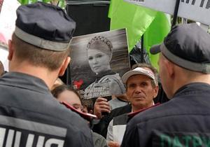 Тимошенко пока находится в здании суда, депутаты блокируют выход