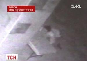 В Луганске чернокожий грабитель банка плеснул кислотой в лицо женщине-вахтеру