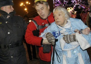 82-летнюю российскую правозащитницу ударили по голове во время возложения цветов в Москве