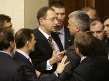Оппозиция заблокировала трибуну парламента: Яценюк проводит депутатам ликбез