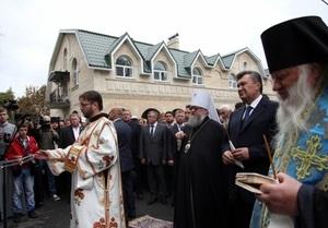 Янукович помолился на могиле духовного отца