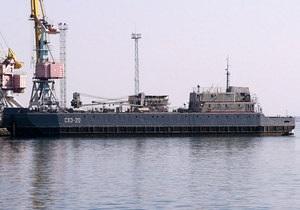 В Феодосии судно Черноморского флота РФ загрязнило акваторию морпорта  нефтью