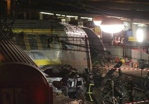 Во Франции поднимают перевернувшийся поезд