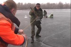 В Днепропетровске спасли четверых рыбаков, дрейфующих по Днепру на льдине