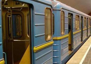 новости Киева - метро - Шулявка - Остановка красной ветки киевского метро: упавший на рельсы пассажир скончался