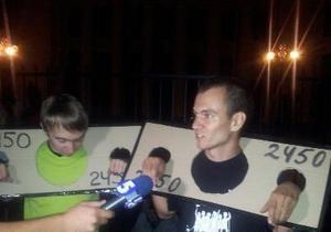 УП: Возле ВР проходит ночная акция протеста против ограничения свободы собраний
