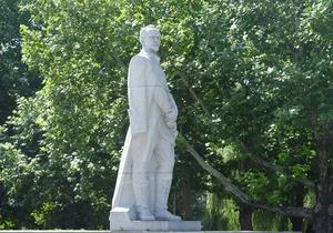 Сегодня ночью на памятнике Дзержинскому в Запорожье оставили надпись Где тут сортир?