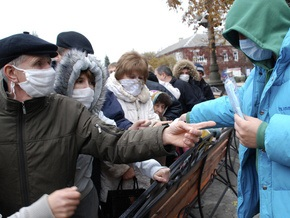 Двое мужчин незаконно продавали марлевые повязки на улицах Харькова