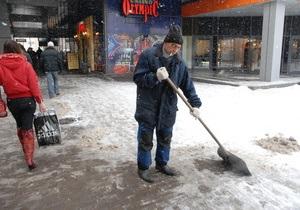 Киевские дороги начали посыпать солью