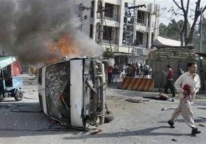Смертник протаранил блокпост в Пакистане: не менее десяти погибших, около 30 раненых