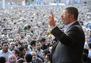 Президент Египта покинул свою резиденцию, окруженную тысячами протестующих