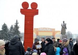 На центральной площади Ровно установили четырехметровую букву Ї