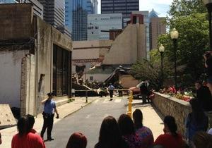 В деловом районе Филадельфии обрушилось здание, под завалами находятся люди