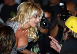 СМИ: На Памелу Андерсон напал фанат