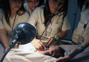 Сотрудники аэропорта Манилы нашли в мусорном баке самолета новорожденного