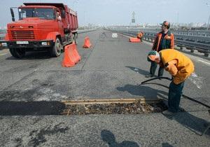 Повреждения на швах асфальтного покрытия моста Кирпы в Киеве устранены