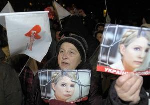 Две тысячи сторонников оппозиции направились от Лукьяновского СИЗО на Майдан