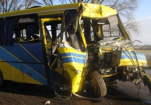Во Львовской области автобус столкнулся с деревом: пострадали 25 человек