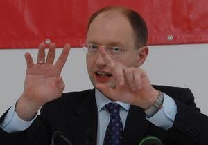 Яценюк нарушил правила дорожного движения и заставил гаишников составить протокол