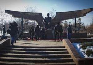 В Алма-Ате установлен памятник Назарбаеву