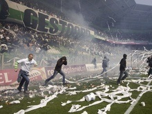 Голландские фанаты подожгли стадион