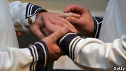 Церквям Англии и Уэльса законом запретят женить геев