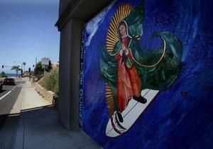 В Калифорнии Деву Марию изобразили катающейся на доске для серфинга