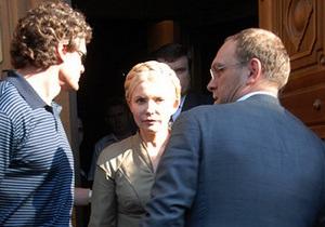 Тимошенко пришла в ГПУ и просит отпустить ее в Брюссель