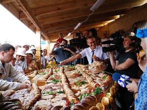 На Сорочинской ярмарке самый большой в мире хлеб съели за полчаса