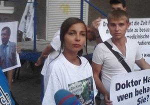 Власенко опознал девушку, облившую его зеленкой, и требует возбудить против нее дело
