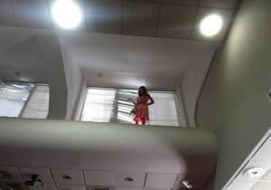 Журналистка шесть часов сидит под потолком в здании Киевсовета. МЧС ведет с ней переговоры