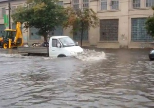 Ливень в Киеве: На Подоле затопило десятки машин