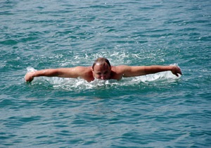 В Крыму три пловца по случаю Пасхи совершили  крестный заплыв  через Севастопольскую бухту