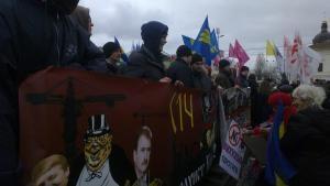На акцию в защиту Гостиного двора пришли 300 активистов и приблизительно столько же милиционеров
