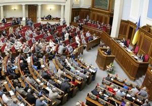 ПР заблокировала трибуну парламента, а оппозиция накрыла свои места флагами